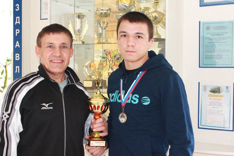 Председатель спортивного клуба ЧГПУ Н.И. Анисимов и участник сборной ЧГПУ по самбо А. Бондарев.