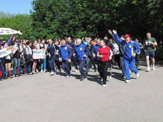 047b4443a34e Чебоксары (в районе остановки «Студенческий городок») проводится  традиционная легкоатлетическая эстафета на призы газеты «Ульяновец»,  посвященная 68-летию ...