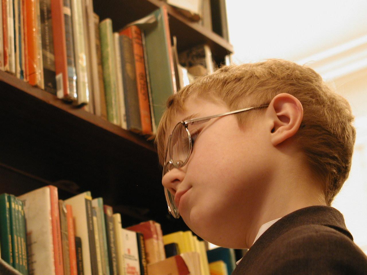 Фото маленького хлопчикав бібліотеці 23 фотография