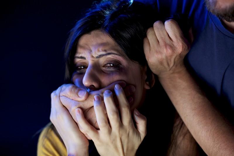 ВЧувашии трое мужчин насиловали девушку, пока еесожитель спал