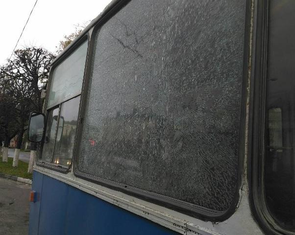 ВЧебоксарах неизвестные изпроезжающего авто обстреляли троллейбус