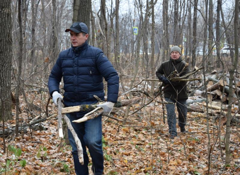 Струдники администрации города провели субботник в Берендеевском лесу