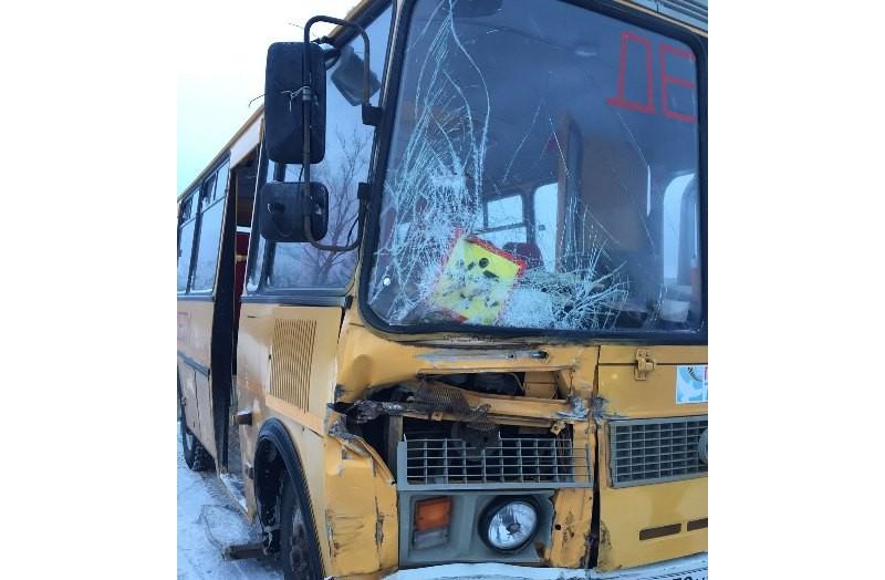ВЧувашии ученический автобус врезался в грузовой автомобиль